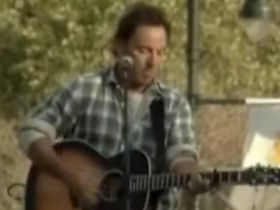 Bruce Springsteen sings for Obama