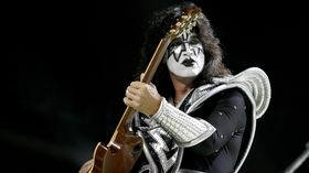 Tommy Thayer demos his Epiphone Spaceman Les Paul