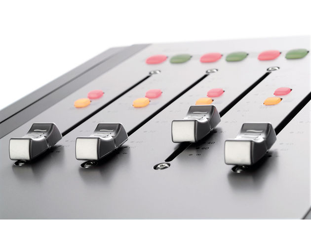 Faders are automatically assigned to banks of four tracks.
