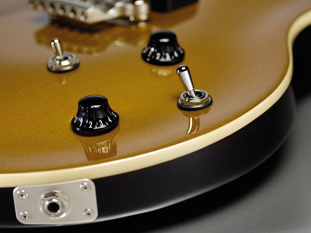 The gold top of the SSC-33 adds to the classic LP-style vibe.