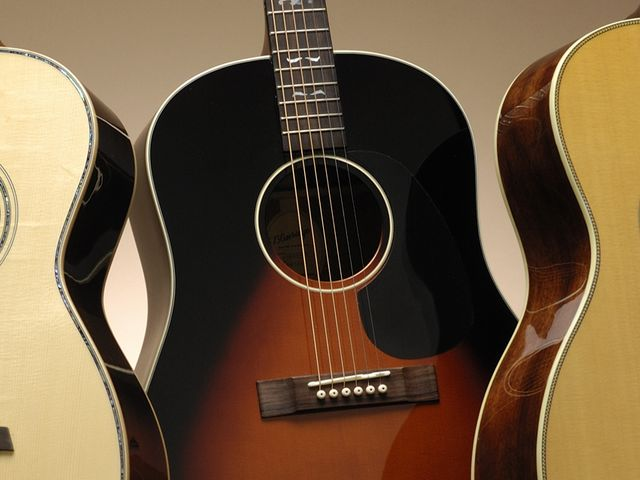 The BG-140's sunburst top lends a suitably vintage feel.