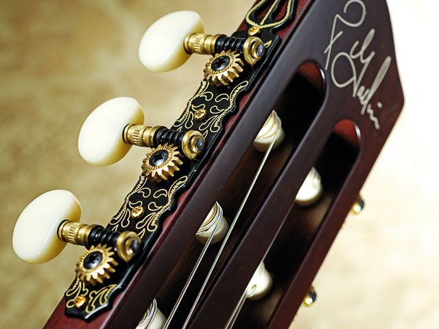 The classical-style gold/black tuners are teamed with cream pegs.