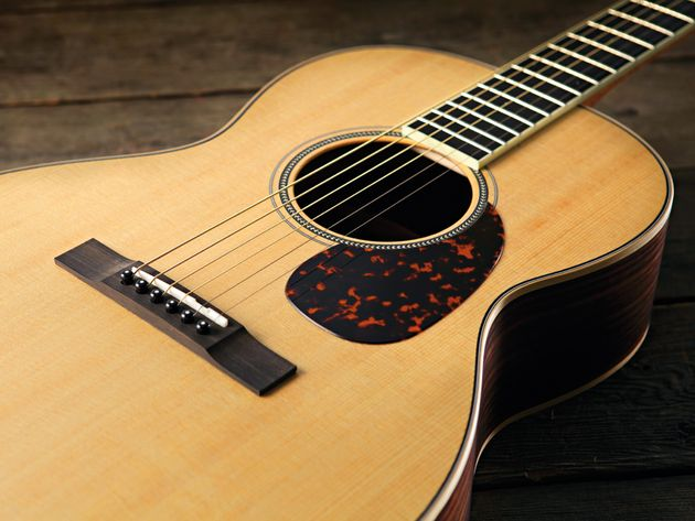 The 000-3R Ltd's top is a quality chunk of sitka spruce.
