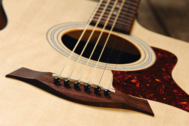The guitar features a compensated Tusq saddle with 55mm string spacing.