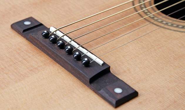 There's plenty of contact between bridge and top: it's ideally placed on a 12-fret neck-to-body join instrument, too