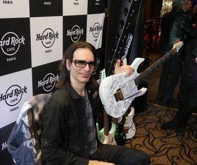 Steve Vai offre l'une de ses guitares au Hard Rock Café Paris