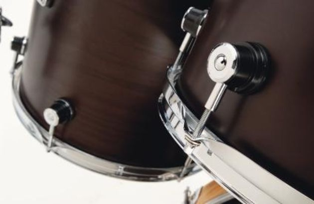Round lugs made of metal and plastic add another distinctive visual touch to an already good-looking kit