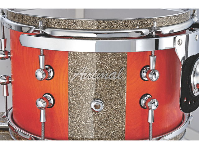 Ginger glass and glitter wrap decor is used on the Animal bass drum, floor toms and rack toms.