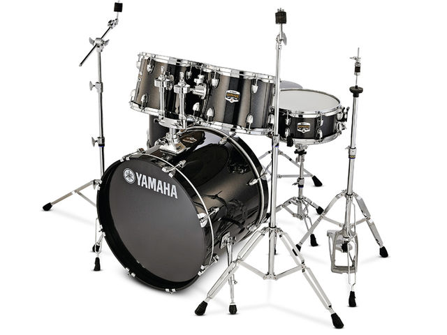 The kit features wooden bass drum hoops.