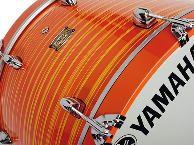 The bass drum has classic-style claw hooks on the solid-colour wooden hoops.