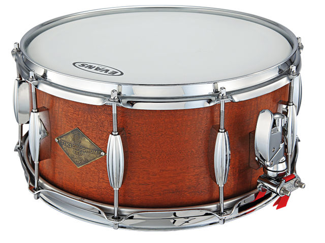 The Beeswing mahogany snare has 10 retro-stylish, double-ended lugs.