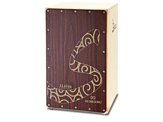 The De Gregorio Siroco Cajon's tapa is a combination of 2mm 'KoskiPly' Birch plywood plus an  'Alpi' veneer