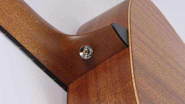 Le dos légèrement incurvé de la guitare est confortable et lui évite le recours au système de barrage.