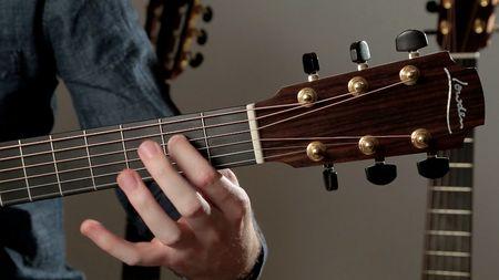 Apprendre à jouer des motifs folk et bluegrass à la guitare acoustique
