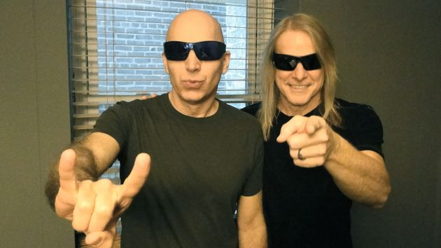 Joe Satriani et Steve Morse photographiés dans les coulisses du Tower Theater, Upper Darby, Pennsylvanie, le 28 septembre 2013
