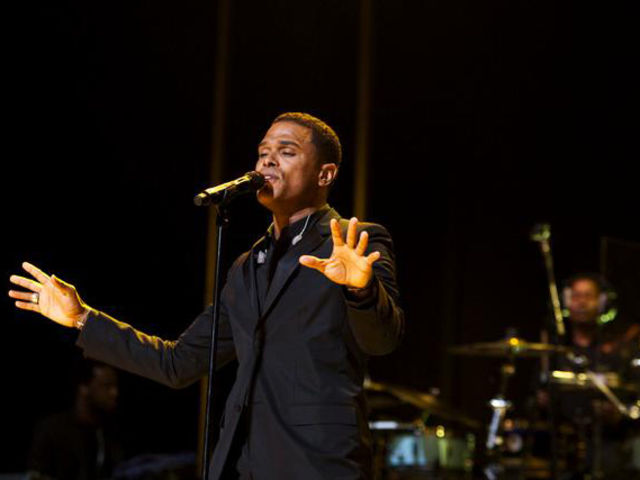 Maxwell in performance at the 2009 Essence Music Festival.