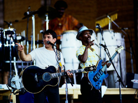 Paul simon onstage with guitarist ray phiri