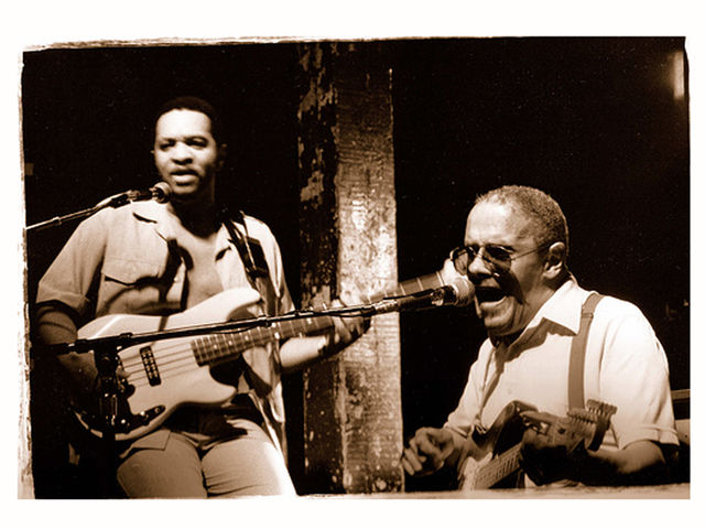 Snooks Eaglin (sitting), a legend of New Orleans blues