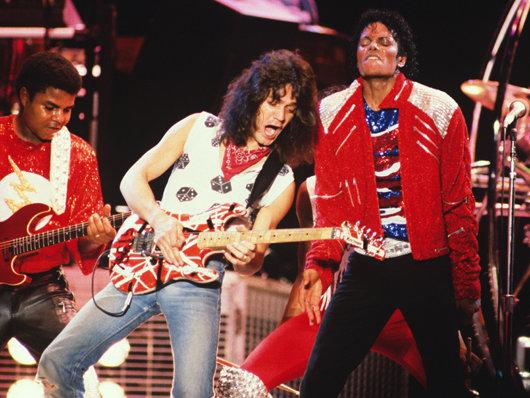 """La colaboración de Eddie Van Halen en """"Beat it"""" es su preferida. Michael-jackson-and-eddie-van-halen-live-corbis-530-85"""