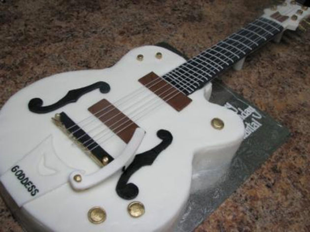 Gretsch White Falcon cake
