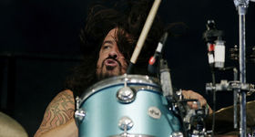 Dave Grohl replaces Joey Castillo in Queens of the Stone Age