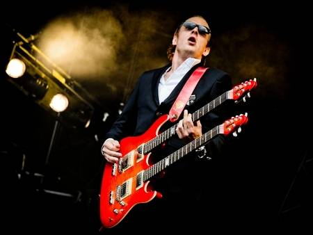http://cdn.mos.musicradar.com/images/magblogs/total-guitar/artist-images/december-2011/joe-bonamassa-double-neck-christie-goodwin-web-450-100-450-70.jpg