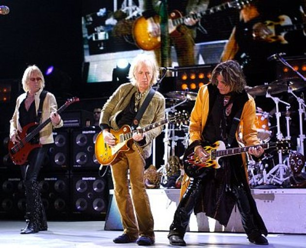 Aerosmith's guitarists live in concert