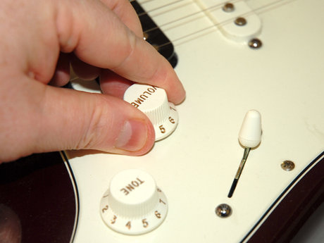 Removing a volume pot from a strat